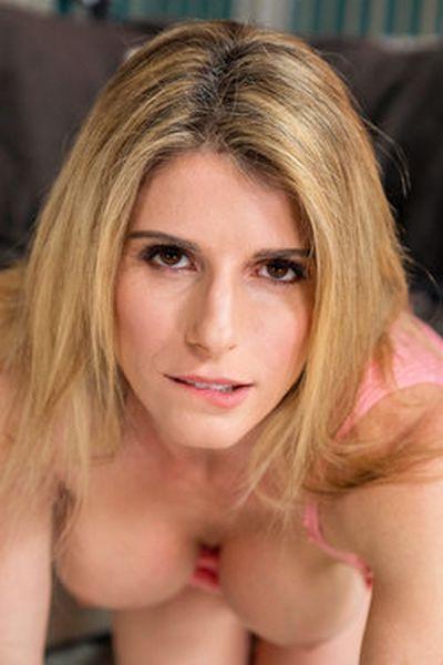 Karrierefrau Leticia möchte umgehend lustvoll hemmungslos sein.