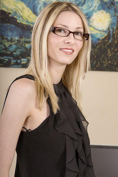 Karrierefrau Luise möchte unbedingt erotisch von hinten gebumst werden.