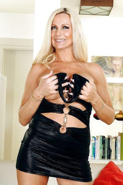 Kneipen-Bedienung Katharina möchte umgehend laut durchgenudelt werden.