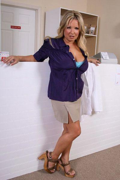 Kosmetikerin Frederike möchte triebhaft von hinten gefickt werden.