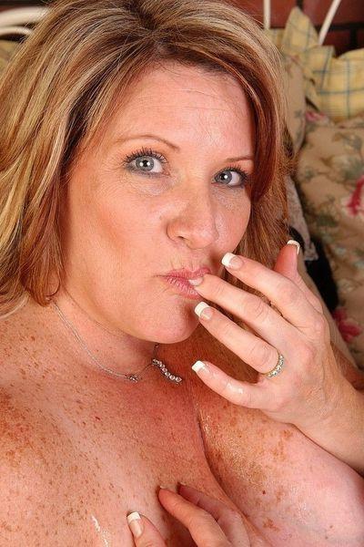 Kosmetikerin Lina-Sophie möchte unbedingt lustvoll von hinten gepoppt werden.