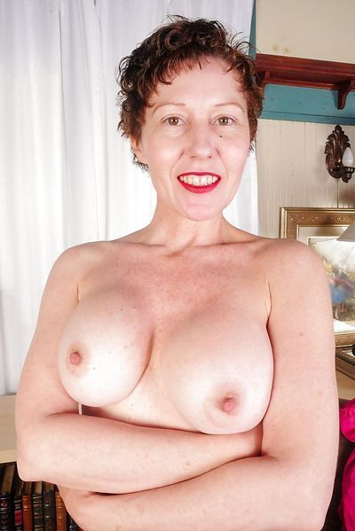 Mama Ellena möchte umgehend erotisch gefingert werden.