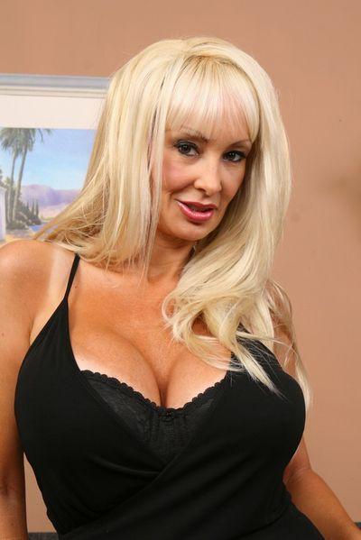 Sängerin Eve möchte erotisch durchgefickt werden.