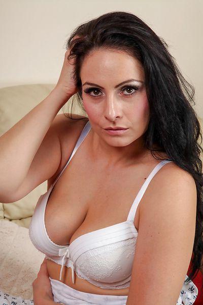 Sängerin Josefina will unbedingt lustvoll durchgeleckt werden.