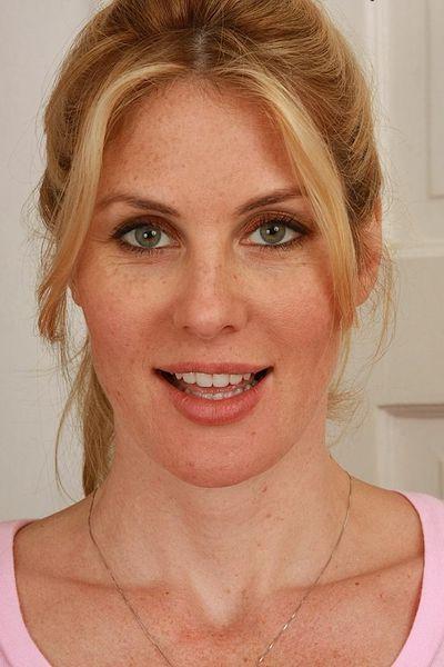 Stiefmutter Sonja will unbedingt sinnlich anal gebumst werden.