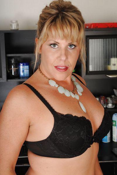 Tante Karolina möchte umgehend erotisch stöhnen.