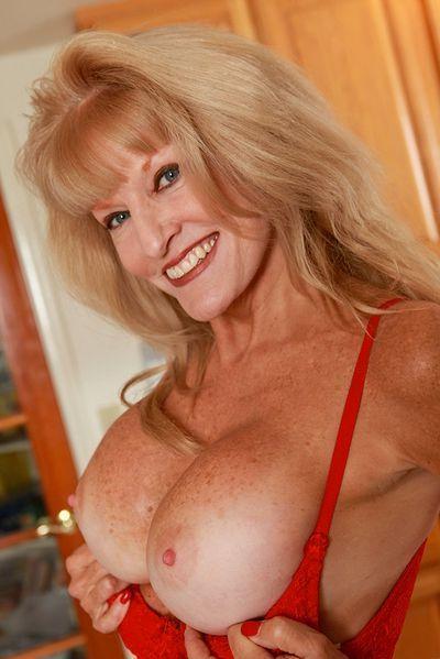 Tante Sandra möchte umgehend lüstern gepoppt werden.