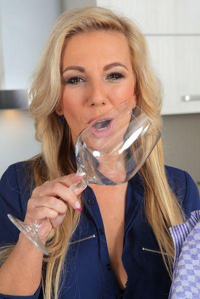 Zuckerpuppe Jolina möchte unbedingt erotisch von hinten gepoppt werden.