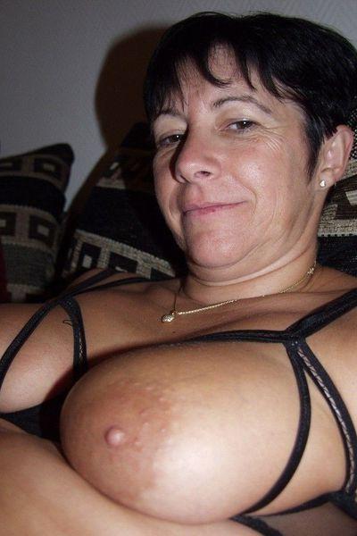 Zuckerpuppe Julie will umgehend scharf vögeln.